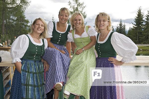 Frauen tragen steirisches dirndl steiermark sterreich - Bilder von molligen frauen ...