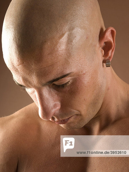 Mann  glatzköpfig  Gesicht  nachdenklich