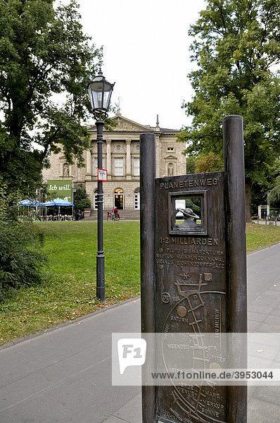 Blick auf Deutsches Theater mit Hinweistafel Planetenweg  Göttingen  Niedersachsen  Deutschland