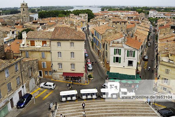 Blick vom antiken römischen Amphitheater auf die Stadt  Arles  Frankreich