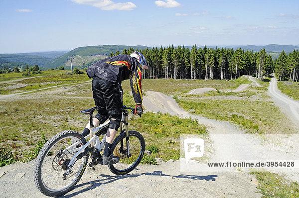 Mountain biker  Mt Ettelsberg  Willingen  Upland  Hochsauerland  Sauerland  Hesse  Germany  Europe