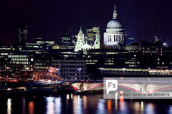 St. Paul's Cathedral Kathedrale und die Themse bei Nacht  London  England  Vereinigtes Königreich  Europa
