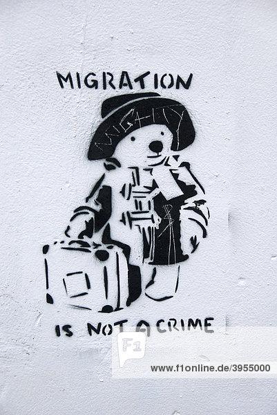 Paddington Bär  Graffiti  Spruch  Migration is not a Crime  Migration ist kein Verbrechen  Bristol  England  Großbritannien  Europa
