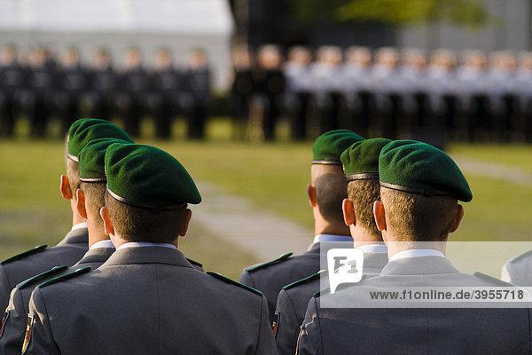 Rekruten des Wachbataillons legen vor dem Reichstagsgebäude ihr Feierliches Gelöbnis ab  Berlin  Deutschland  Europa