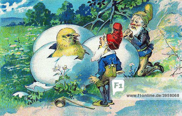 Nostalgische Ostergrußkarte  zwei Zwerge am Wegesrand vor drei Eiern  aus denen ein Küken schlüpft  um 1900