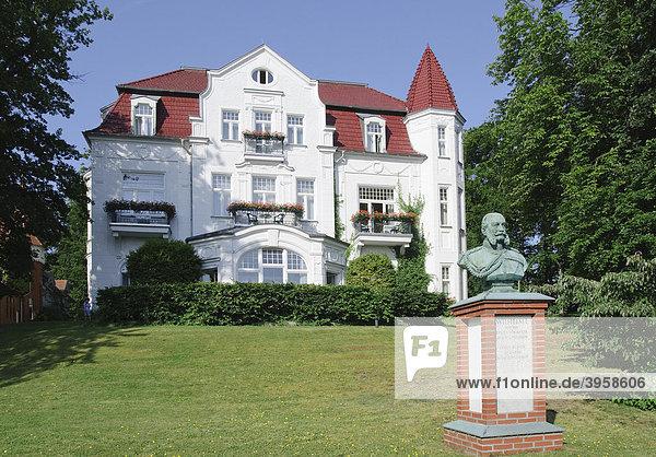 Büste von Kaiser Wilhelm I. vor der Villa Staudt  Seebad Heringsdorf  Insel Usedom  Mecklenburg-Vorpommern  Deutschland  Europa