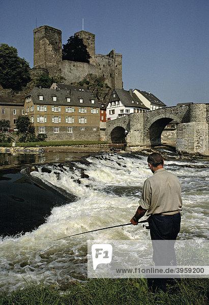 Mann angelt in der Lahn vor dem Schloss in Runkel  Hessen  Deutschland