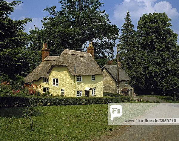 Strohgedeckte Landhäuschen  Wiltshire  England  Großbritannien  Europa
