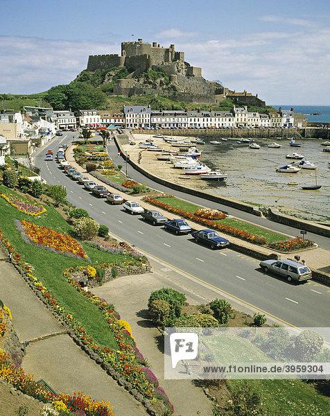 Gorey Harbour Hafen und Mount Orgueil Castle Burg  Jersey  Kanalinseln  Vereinigtes Königreich  Europa