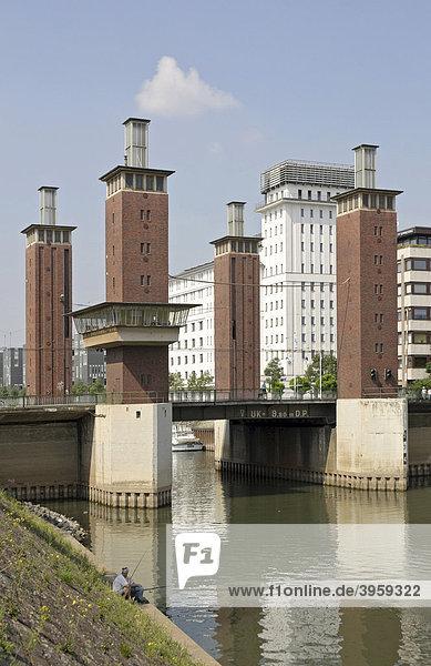 Schwanentorbrücke und Hafenkontor  Innenhafen  Duisburg  Nordrhein-Westfalen  Deutschland  Europa Schwanentorbrücke und Hafenkontor, Innenhafen, Duisburg, Nordrhein-Westfalen, Deutschland, Europa