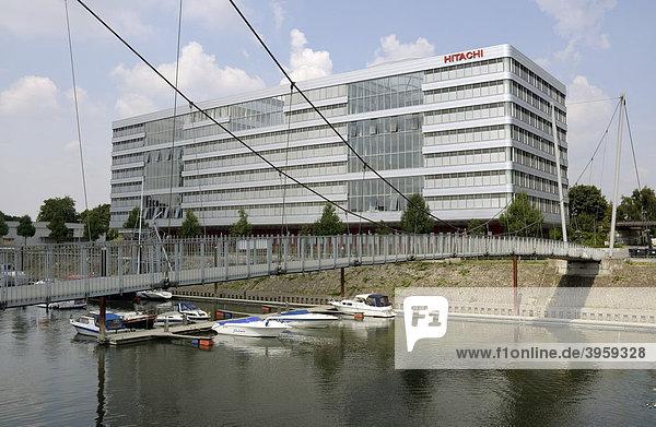 Hitachi Power Office und Fußgängerbrücke  Innenhafen  Duisburg  Nordrhein-Westfalen  Deutschland  Europa