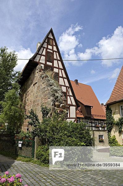 An die Stadtmauer gebautes Haus in Spalt  Franken  Bayern  Deutschland  Europa