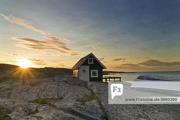 Holzhütte mit Ruderboot  Sonnenuntergang  Smögen  Bohuslän  Schweden