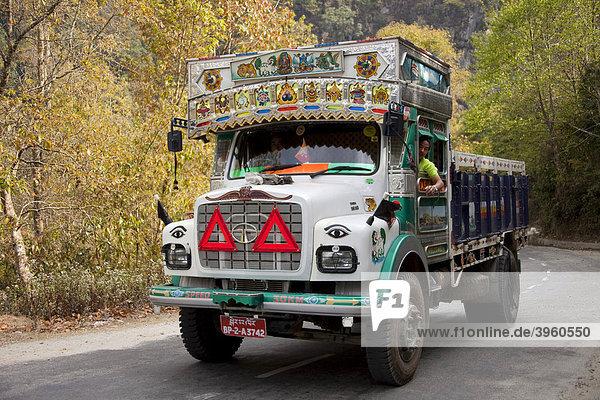 Bunt dekorierter Schwerlaster TATA auf Bergstraße  Bhutan  Südasien