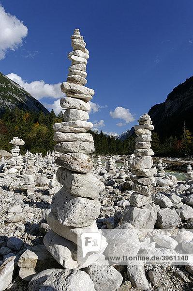 Steinmännchen  Steinpyramiden  Steintürme  Steinskulpturen im Hinterautal  Isarursprung  Karwendelgebiet  bei Scharnitz  Tirol  Österreich  Europa
