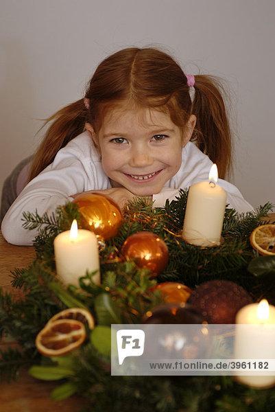 Kind mit Adventskranz