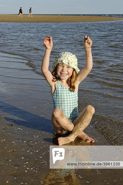 Mädchen mit Sonnenhut am Strand  am Meer  am Wasser  Bibione  Adria  Venetien  Veneto  Italien  Europa