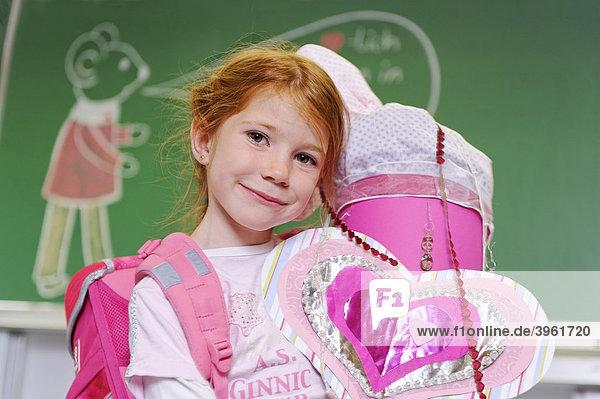 Mädchen mit Schultüte  Erster Schultag  Erstklässler  Einschulung  Schulkind