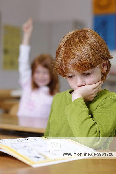 Kinder in der Grundschule  Klassenzimmer Junge  nachdenklich  traurig  frustiert  Jungen sind Bildungsverlierer  Versager  Chancengleichheit