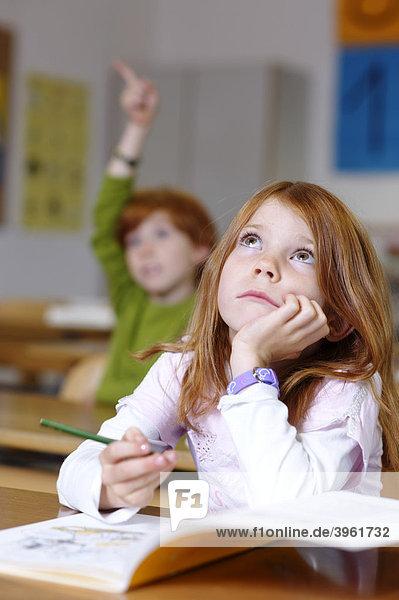 Kinder in der Grundschule  Klassenzimmer Mädchen verträumt  nachdenklich  rätselnd  traurig  frustiert  Bildungsverlierer Chancengleichheit  typisch Mädchen typisch Jungen