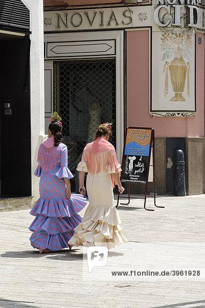 Frauen in Tracht  Feria de Abril  Sevilla  Andalusien  Spanien  Europa