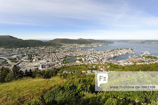 Altstadt mit Stadthafen vom Stadtberg und Aussichtspunkt Floyen  Bergen  Norwegen  Europa