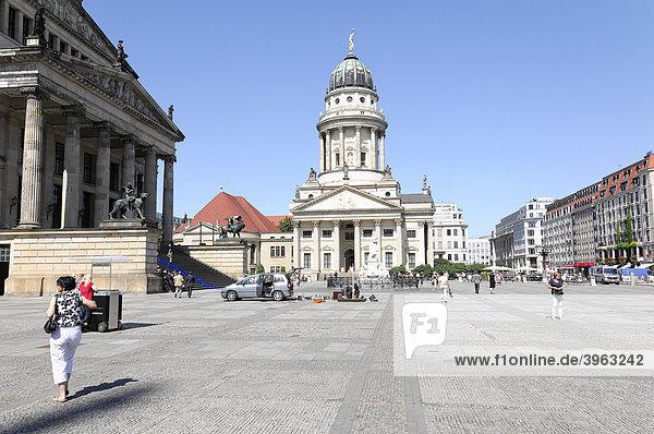 Gendarmenmarkt  hinten Französischer Dom  Bundeshauptstadt  Berlin  Deutschland  Europa