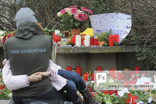 Rampage at Albertville Realschule school in Winnenden  the day after  mourners  flowers and candles to commemorate the victims  Baden-Wuerttemberg  Germany  Europe