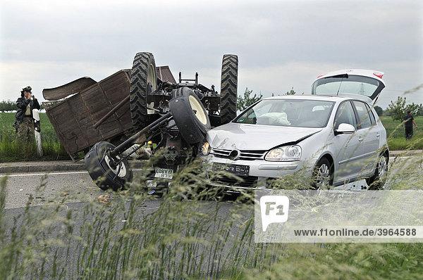 Schwerer Verkehrsunfall auf der L 1110 Möglingen-Stammheim  Auto schneidet beim Überholen Traktor  der sich überschlägt  Möglingen  Baden-Württemberg  Deutschland  Europa