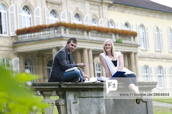 Studenten an der Universität Hohenheim  vor dem Schloss Hohenheim  Hohenheim  Baden-Württemberg  Deutschland  Europa