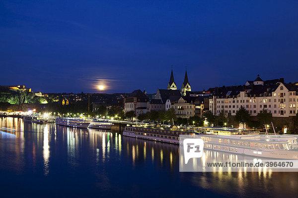 Sightseeing  Kreuzfahrtschiffe auf dem Fluss  Koblenz bei Nacht Rheinland-Pfalz  Deutschland  Europa