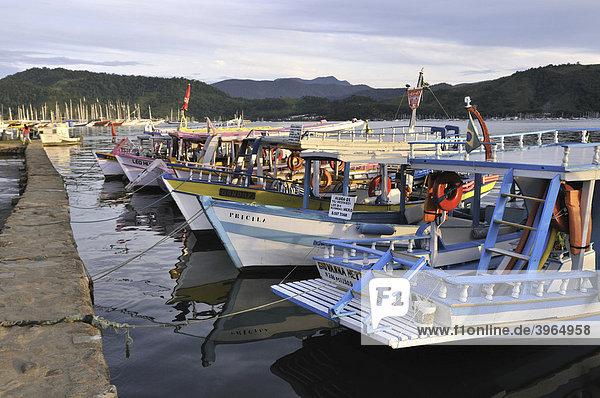 Fischerboote am Pier  Parati  Paraty  Rio de Janeiro  Brasilien  Südamerika