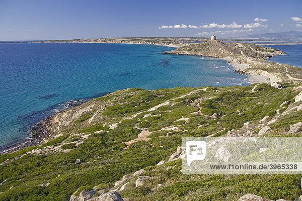 Blick vom Vorgebirge des Capo San Marco mit spanischem Turm und Tharros  Halbinsel Sinis  Provinz Oristano  Sardinien  Italien