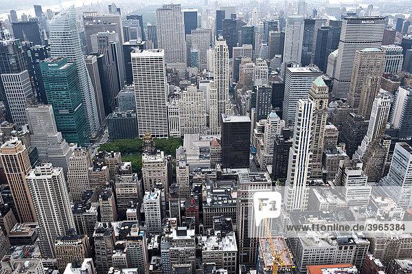 Blick vom Empire State Building Richtung Norden auf Manhattan  rechts Mitte MetLife Building über Grand Central  New York City  USA  Nordamerika