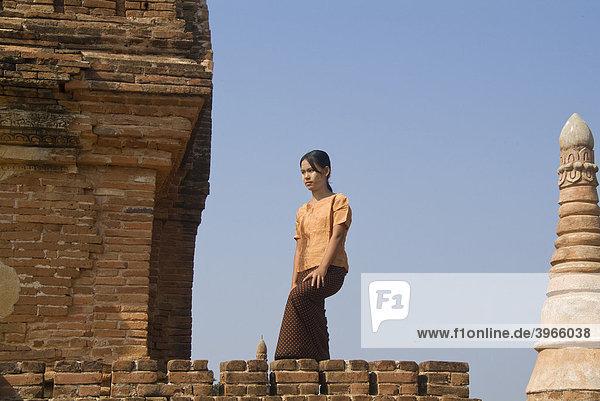 Junge Burmesin auf dem Dach eines Tempels  Bagan  Myanmar  Burma  Birma  Südostasien