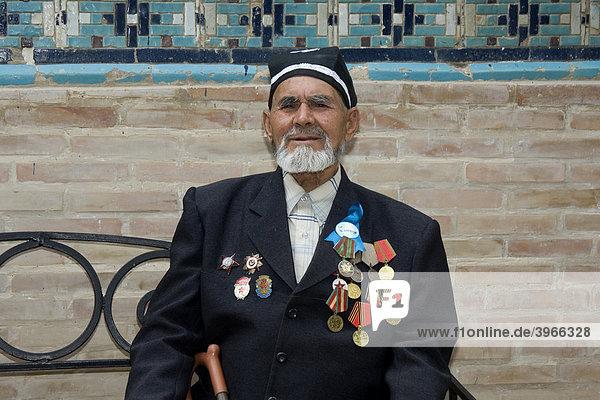 Veteran des Zweiten Weltkriegs in der Schah-e-Sende oder Shahi Sinda Totenstadt  Samarkand  Usbekistan