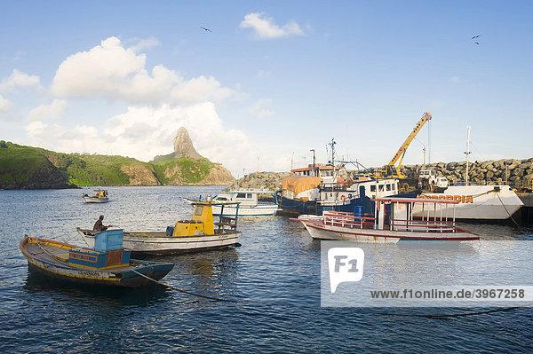 Morro do Pico und Santo AntÛnio Hafen  Fernando de Noronha National Marine Sanctuary  Pernambuco  Brasilien  Südamerika
