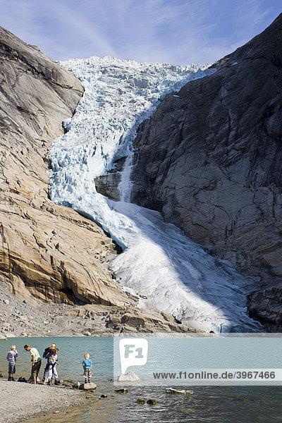 Eis hat sich am Briksdalsbreen-Gletscher gelöst und stürzt zu Tal  Norwegen  Skandinavien  Europa