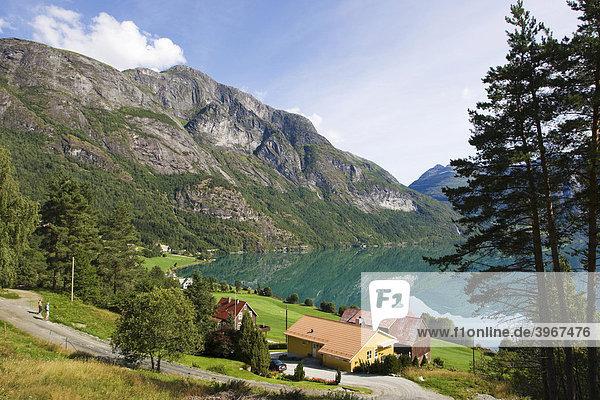 Der Ort Veslebygda am See Stryn  Strynvatnet  Norwegen  Skandinavien  Europa