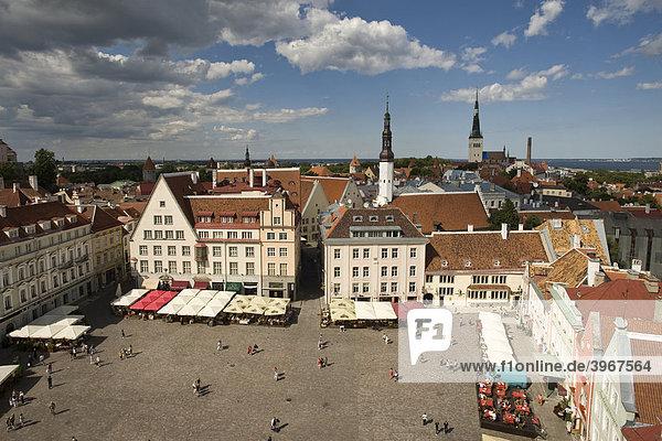 Rathausplatz und Stadtübersicht vom Rathausturm  Raekoja plats  Tallinn  Estland  Baltikum