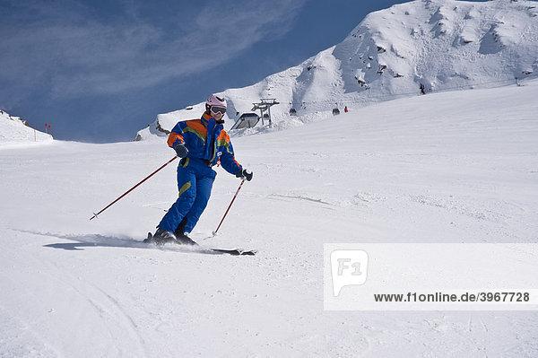 Skifahrerin mit Helm auf Piste  Obergurgl  Hochgurgl  Ötztal  Tirol  Österreich