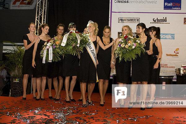 Die 12 Finalistinen der Miss Zentralschweiz Wahl 2009 in der RailCity Luzern  Schweiz  Europa