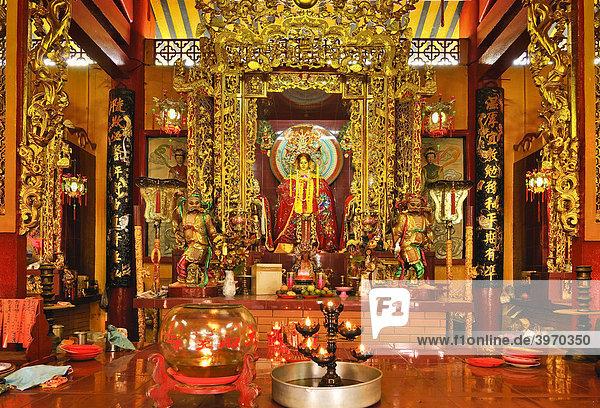 Gottheit am prunkvollen reichlich mit Gold geschmückten Altar  Quan Am Pagode  Ho Chi Minh Stadt  Saigon  Vietnam  Südostasien
