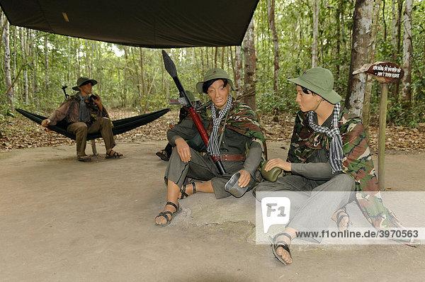 asien bewaffnete vietnamesische soldaten sitzen in einem dschungel lager cu chi h hlen. Black Bedroom Furniture Sets. Home Design Ideas