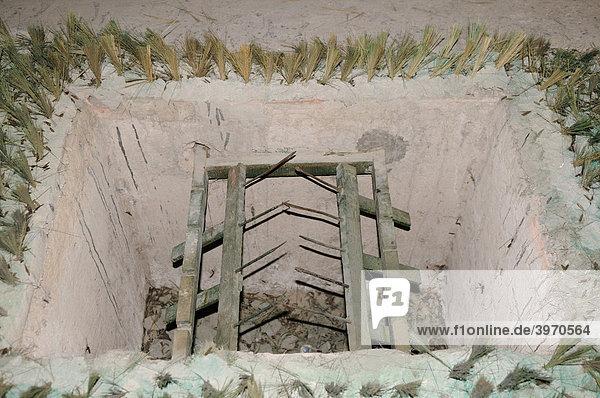 asien tunnelanlage in cu chi tunnelsystem des vietkong vietnam fallen mit metallspitzen. Black Bedroom Furniture Sets. Home Design Ideas