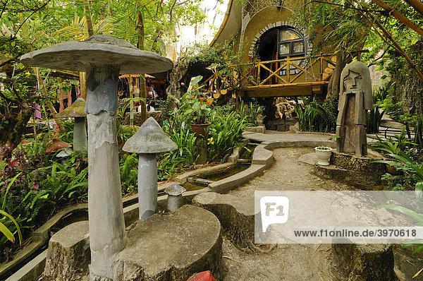 Garten  verwachsen  Pilz-  und Frauenkopf-Skulpturen  Hotel Crazy House  Hang Nga Guesthouse  Dalat  Zentrales Hochland  Vietnam  Asien