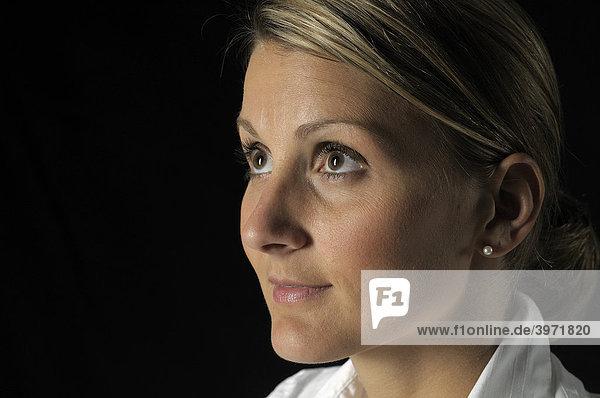 Frauengesicht  Portrait  Blick nach oben