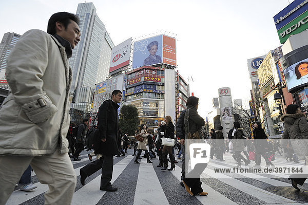 Straßenkreuzung an der Shibuya Station in Tokyo  Japan