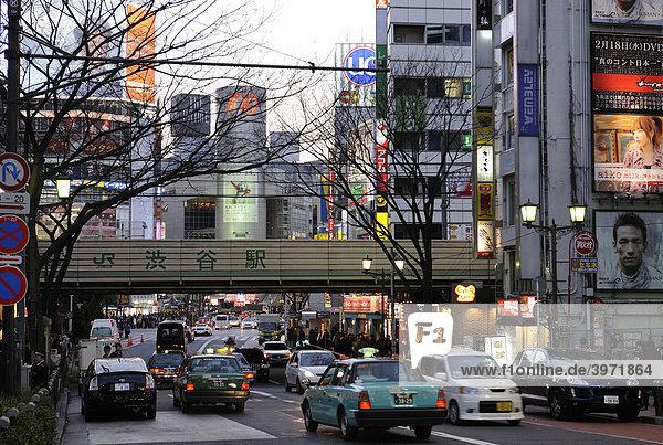 Straßenzug an der Shibuya Station in Tokyo  Japan