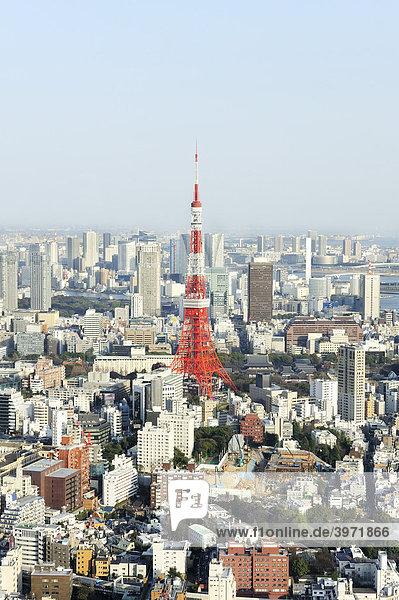 Blick vom Observation Deck der Roppongi Hills mit dem Tokyo Tower und der Rainbow Bridge über Tokyo  Japan
